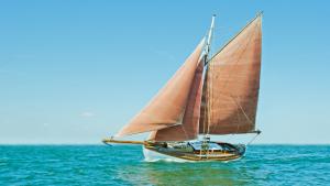 altes Segelschiff auf offener See